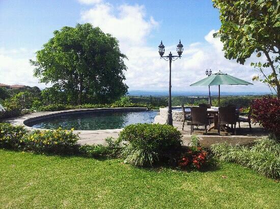 Hacienda Los Molinos Boutique Hotel: Piscina a la orilla del risco con yacuzzi.