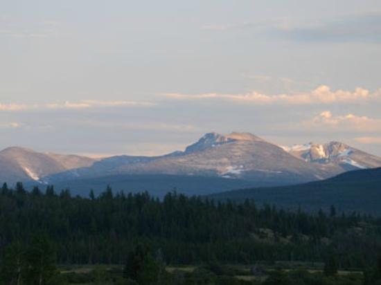 Elkin Creek Guest Ranch: Watch the sunset over the Chilcotins from the terrace