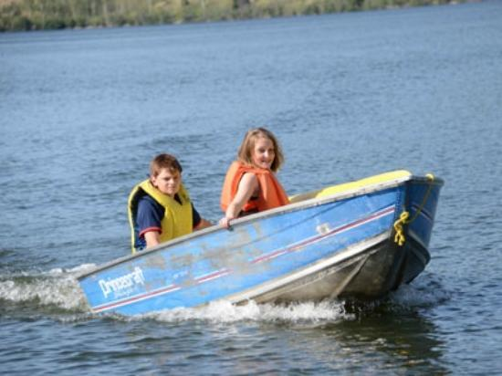 ‪‪Elkin Creek Guest Ranch‬: Boating fun for the kids