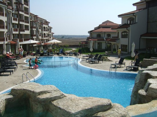 The Vineyards Resort: small pool of the hotel in middle of apartments