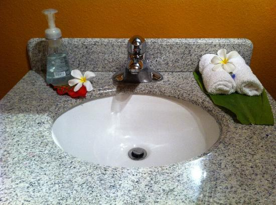 Ka'awa Loa Plantation: Fresh flowers even in the bathroom!