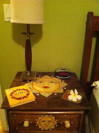 Ka'awa Loa Plantation: Bedside table with fresh flowers