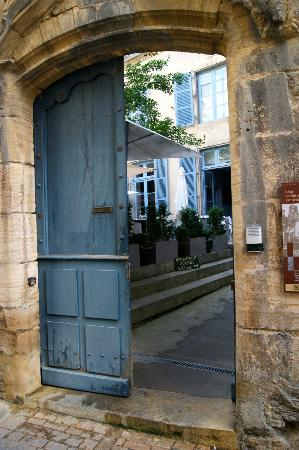 Le Petit Manoir : Looking through into the courtyard.