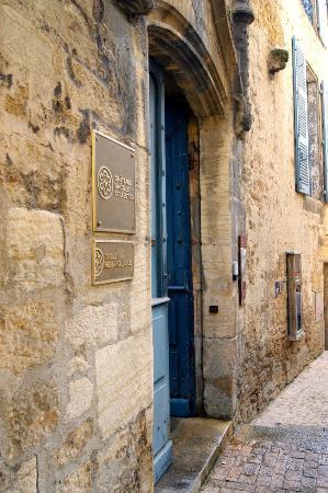 Le Petit Manoir : Nestled in an alleyway...