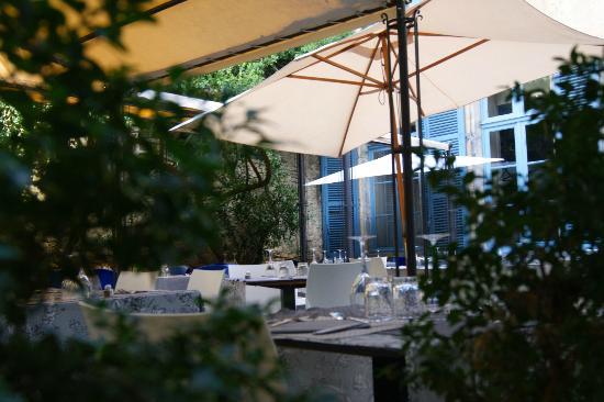 Le Petit Manoir : The courtyard.
