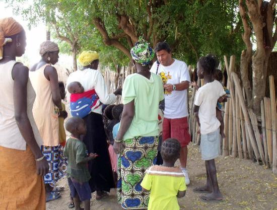 Le Saly Hotel: distribuzione medicinali al villaggio...
