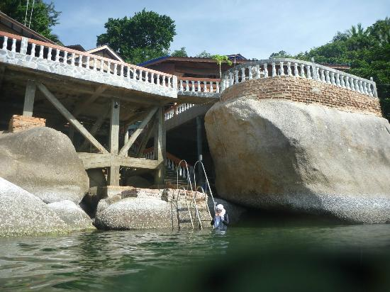 View Rock Resort: the steps going into the water, 1-2m deep,depending on the tide