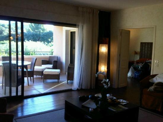 Mas de l'Oulivie: Le salon, vue sur la chambre et la terrasse