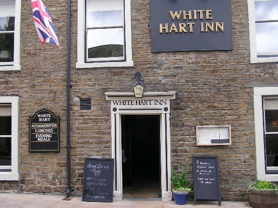 The White Hart Country Inn: Front of hotel