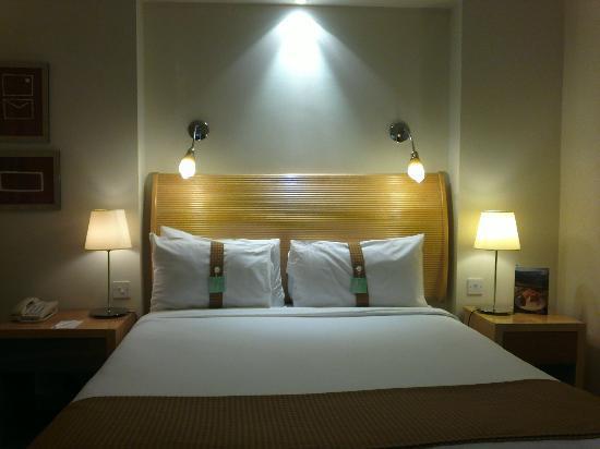 Holiday Inn London - Heathrow Ariel: King Executive Bed