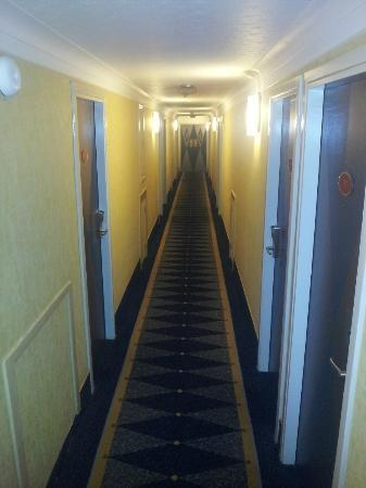 Mercure Edinburgh City - Princes Street Hotel: Hallways have a lovely eighties Las Vegas theme.