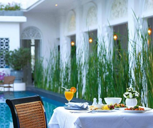 Ping Nakara Boutique Hotel & Spa : Dining Beside Pool