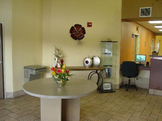 Days Inn by Wyndham Globe: lobby