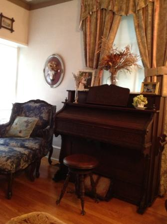 Blue Hen Bed & Breakfast: the Parlor