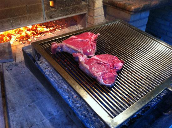 Ai Tre Amici: Char grilling steaks