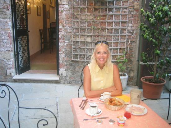 Locanda La Corte: Cour intérieure pour petit déjeuner