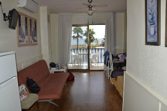 panoramica del soggiorno con divano e tavolo - Picture of Hostal ...