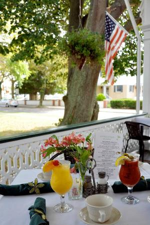 Elaine's Bed & Breakfast Inn: Drinks on the front porch.