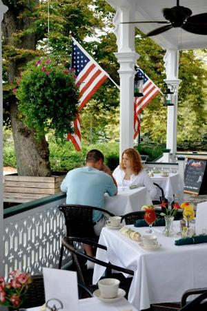 Elaine's Bed & Breakfast Inn: Breakfast on the porch
