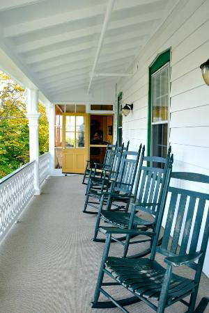 Elaine's Bed & Breakfast Inn: Catch the ocean breeze on the upstairs porch.