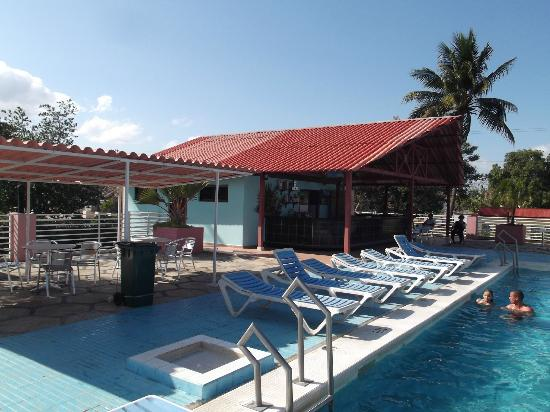 Hotel Islazul Moron : Piscine et aire de repos en avril 2012.
