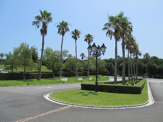 Shima Spain Village Himawarinoyu: ホテルのエントランスへ続く道。