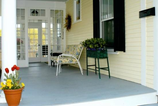 Bayberry Inn Bed and Breakfast: Relaxation on the front porch