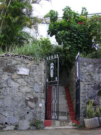 Chez Lorna: en bas de la maison, entree des escaliers
