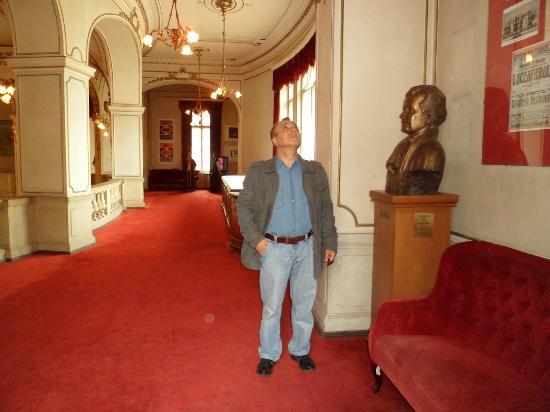 National Theater: galeria de acceso a palcos con bustos de exposición