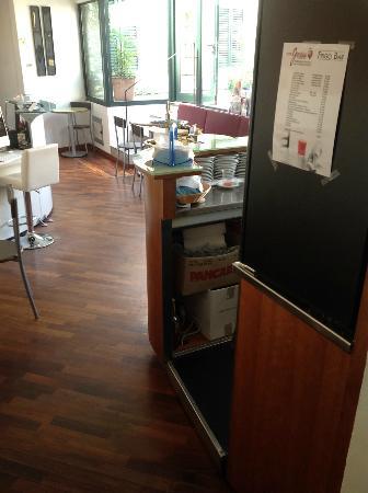 Hotel Giardino Tower Inn: The reception area ....