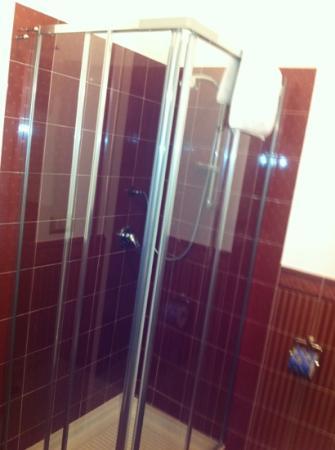 L & D Luxury Rooms : doccia splendente