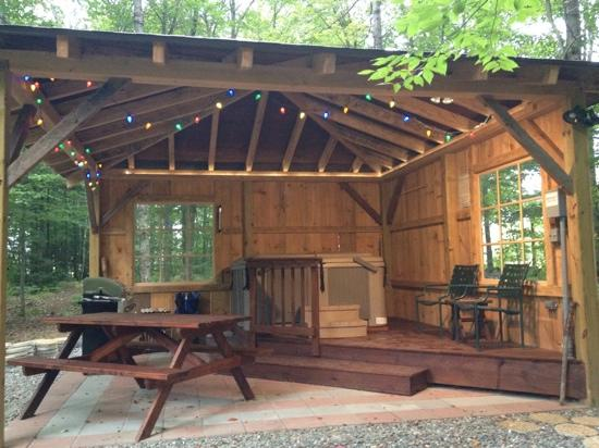 Sheady Acres Rental Cottages: outdoor 2-sided ski hut with hot tub & grill ... Awesome!!!!