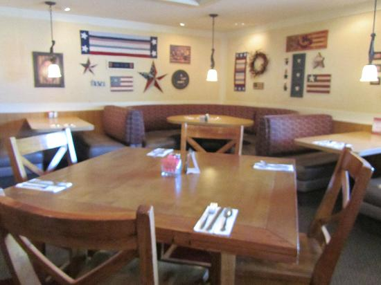 Tom Tom : Welcoming interior and good hometown food!