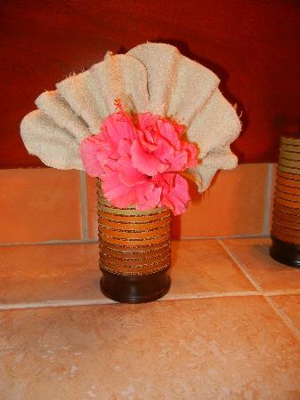 Grand Caribe Belize Resort and Condominiums: Flowers everywhere :)