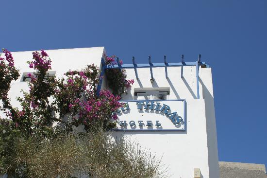 King Thiras Hotel: l insegna ed i balconcini delle stanze