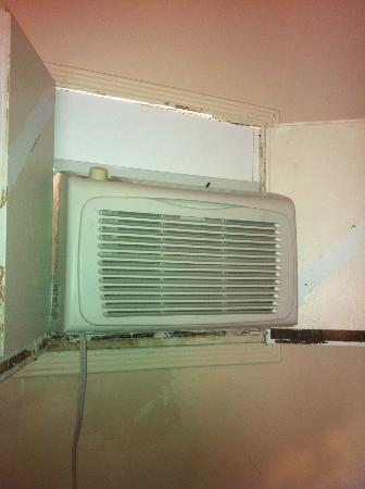 Ranch Motel: Sub-standard in-window A/C Unit