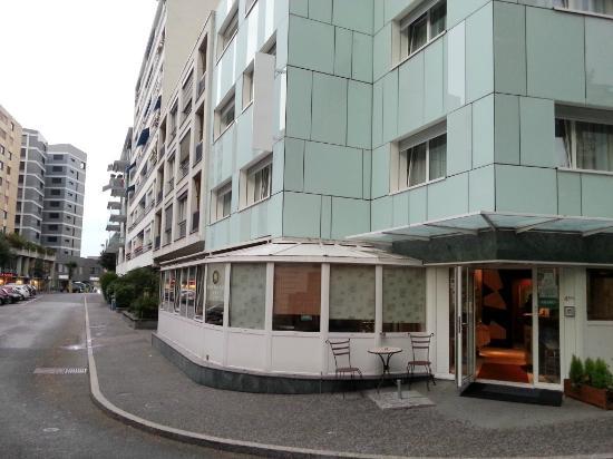 Bon-Port Hotel: Hotel's entrance.