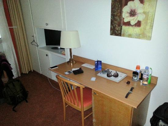 Bon-Port Hotel: Study table and TV.