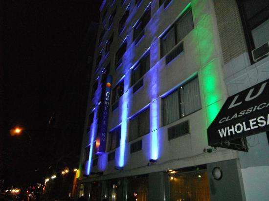 Comfort Inn Times Square West: Devant de l'hôtel de soir