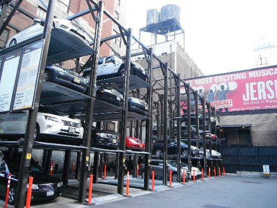 Comfort Inn Times Square West: Un autre parking étagé tout près