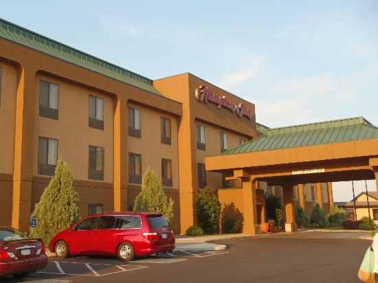 Hampton Inn Mitchell: Outside of hotel