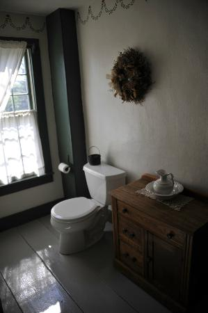 Inn at Lower Farm Bed and Breakfast: Bathroom of Deacon Gray Room