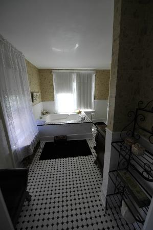 Inn Victoria: Another view of bathroom in Princess Alice Room