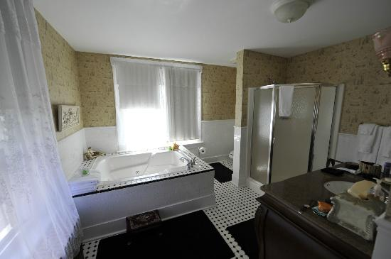 Inn Victoria: Bathroom in the Princess Alice Room