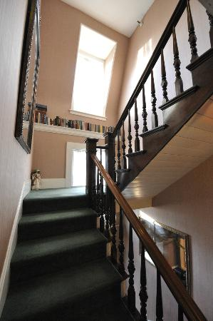 Inn Victoria: Stairs up to second floor of Inn
