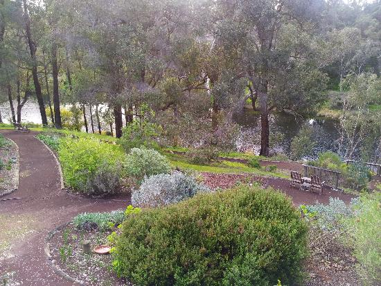 Tweed Valley Lodge: The gardens and benches