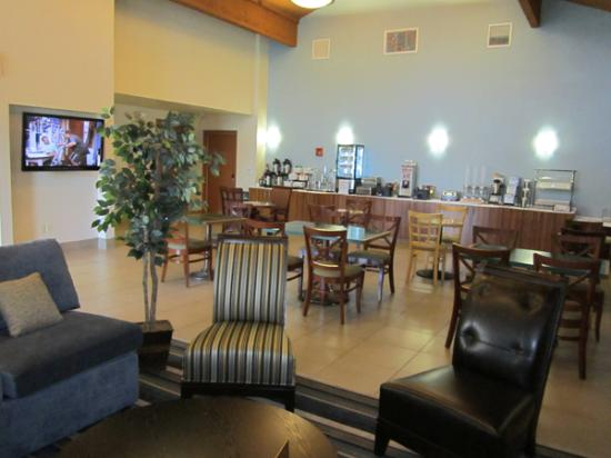 Best Western Valencia Inn : large breakfast area with waffle makers