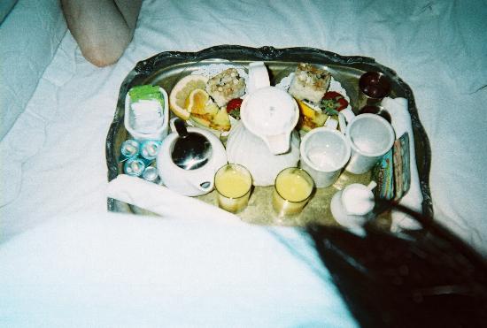 Barksdale House Inn: Breakfast in bed: coffee, orange juice, fruit, pastry and tea.