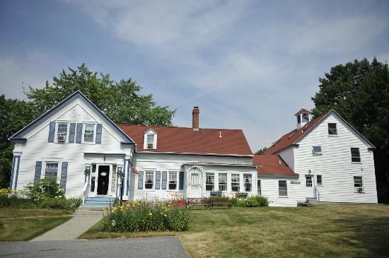 Candlebay Inn: Front of inn with big front yard