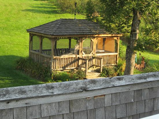 Blueberry Farm Bed & Breakfast: Enclosed gazebo